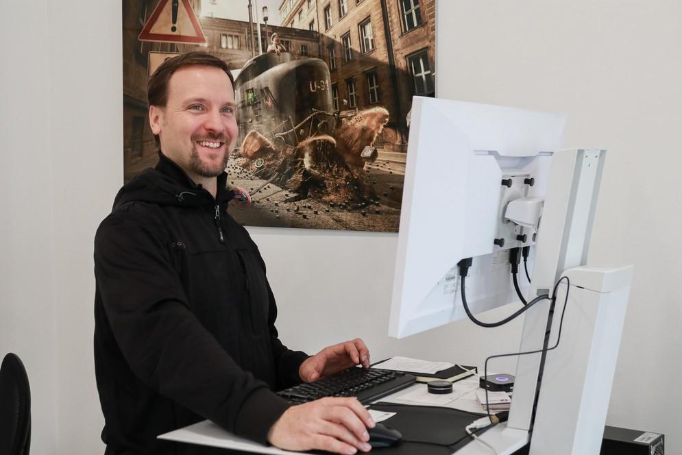 Ergotron Steh-Sitz Arbeitsplatz mit EIZO Bildschirm
